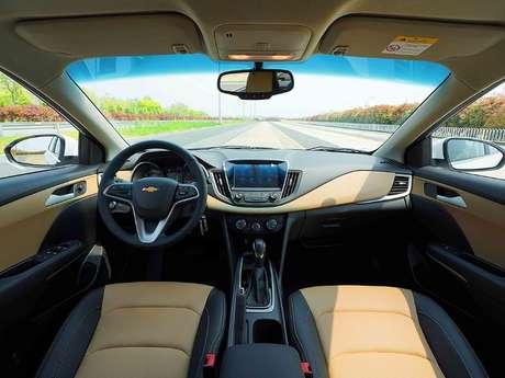 Interior do Chevrolet Monza vendido na China.