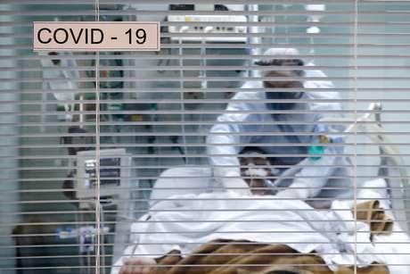 Paciente com Covid-19 é tratado na UTI de hospital em Porto Alegre 19/11/2020 REUTERS/Diego Vara