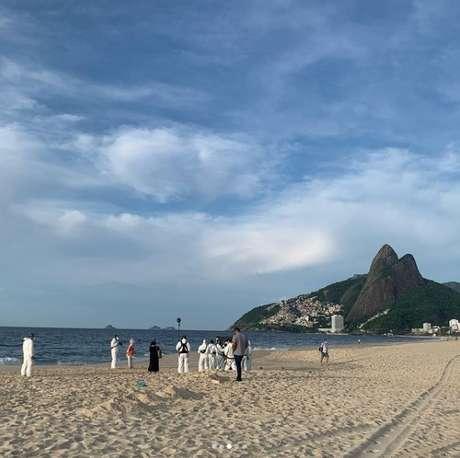 O jornalista Edney Silvestre, da Globo, flagrou a gravação do comercial nas areias de Ipanema: os profissionais da equipe usaram roupas e equipamentos de proteção contra o coronavírus