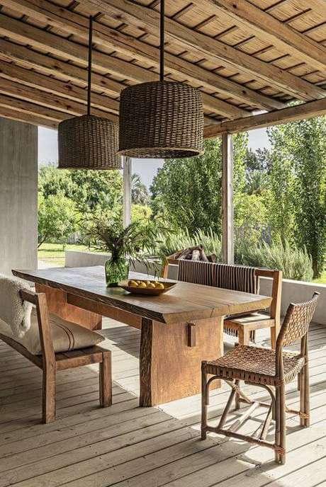 74. Mesa de madeira para varanda gourmet com decoração rústica – Via: Elle Decor