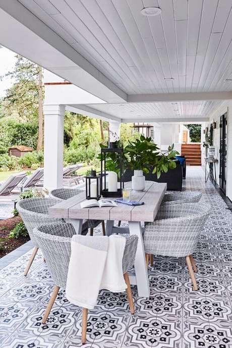 12. Mesa para varanda gourmet cinza – Via: Beach Pretty