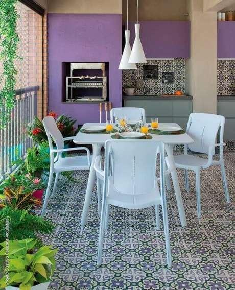13. Mesa para varanda gourmet branca com pendentes iluminando o local – Via: Pinterest