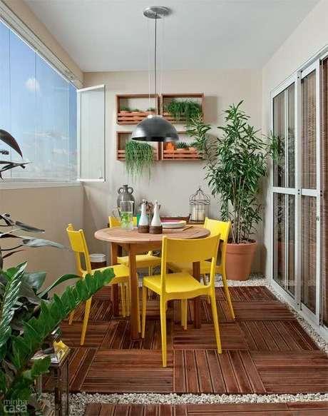 16. Mesa para varanda gourmet com cadeira amarela – Via: Minha Casa