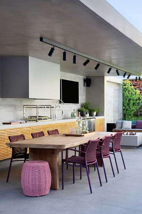 17. Mesa para varanda gourmet com cadeira roxa – Via: Casa De Valentina