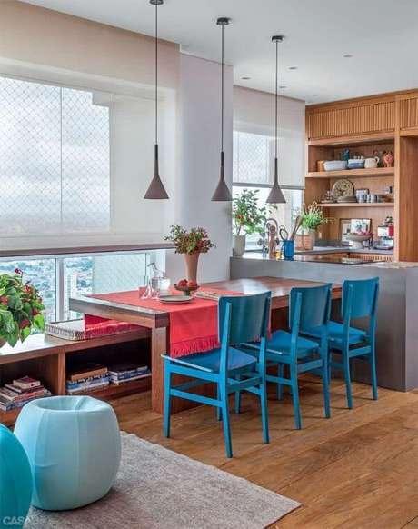 18. Mesa para varanda gourmet com cadeiras azuis – Via: Casa Abril