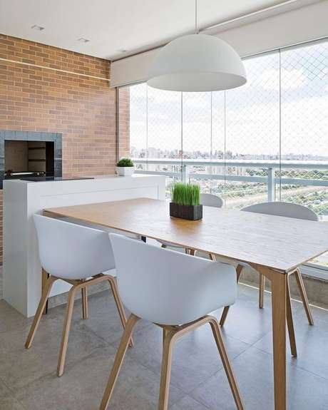 19. Mesa retangular para varanda gourmet e cadeiras brancas – Via: Pinterest