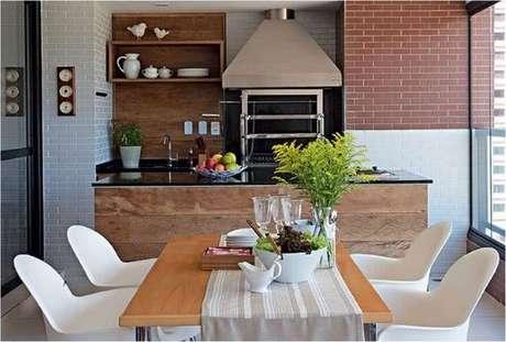 20. Deixe a mesa para varanda gourmet próximo a churrasqueira – Via: Pinterest