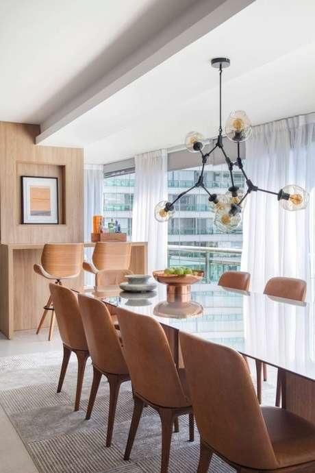 22. Mesa para varanda gourmet com lustre industrial – Via: Casa Vogue