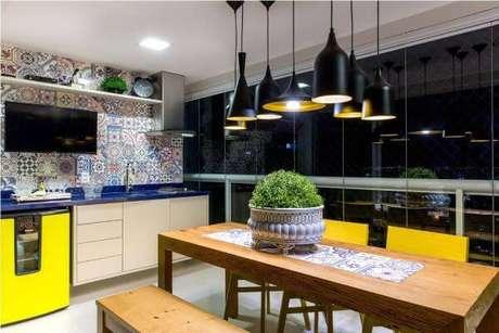 23. Mesa para varanda gourmet com lustres pretos modernos – Via: Pinterest