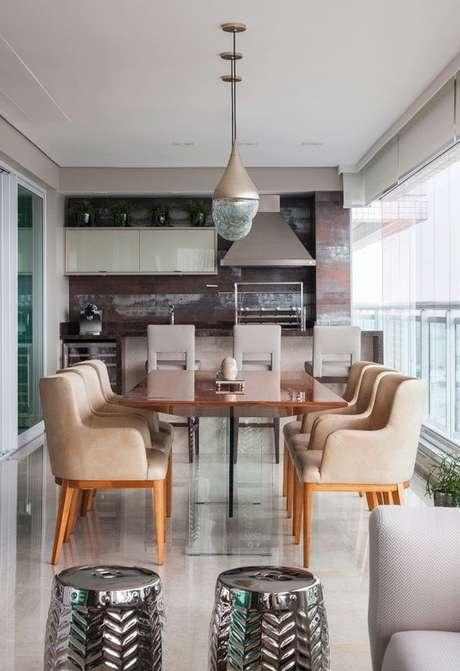 25. Mesa para varanda gourmet com poltronas – Via: Casa Vogue