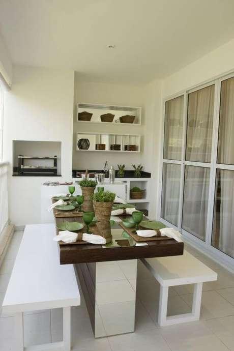 26. A mesa para varanda gourmet fica perfeita próxima a churrasqueira – Via: Pinterest