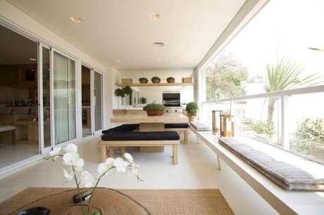 28. Mesa para varanda gourmet de madeira e brancos pretos – Via: Pinterest