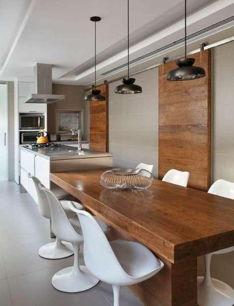 30. Mesa para varanda gourmet de madeira e cadeira tulipa branca – Via: Pinterest