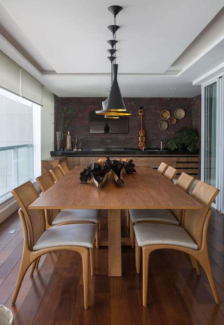 31. Mesa para varanda gourmet de madeira com decoração moderna – Via: Casa de Valentina