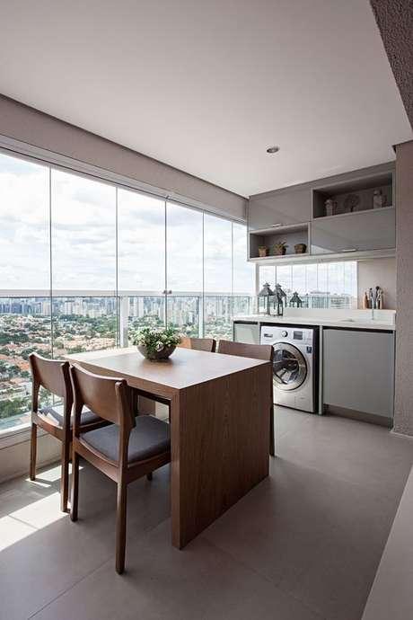 32. Mesa pequena para varanda gourmet – Via: Contemporist