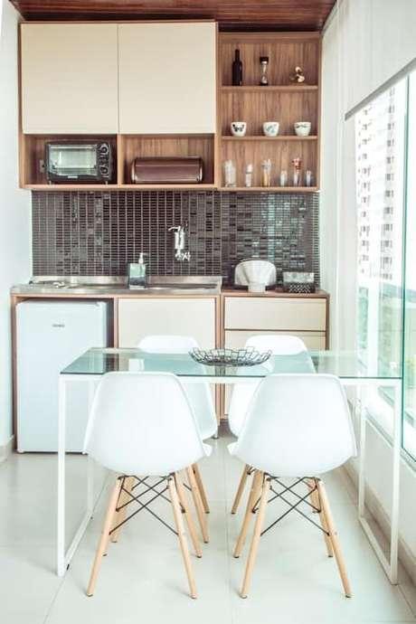 4. A mesa para varanda gourmet de vidro é perfeita para ambientes pequenos – Via: Homify
