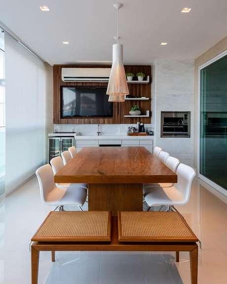 35. Mesa para varanda gourmet no espaço grande – Via: Dicas de Mulher