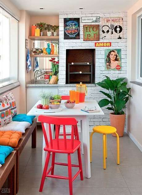 36. Mesa para varanda gourmet e cadeiras coloridas – Via: Minha Casa