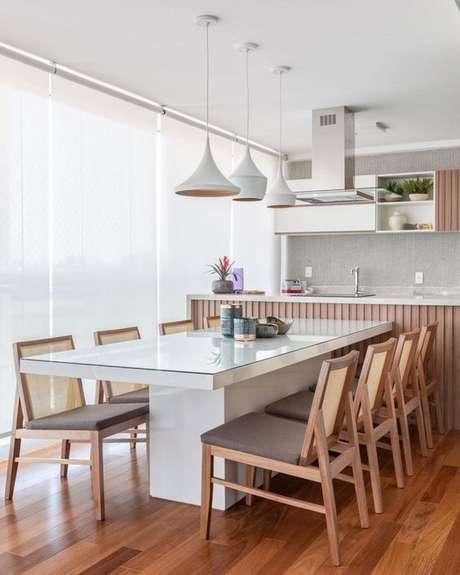 37. Mesa para varanda gourmet com pendentes brancos – Via: Dicas de Mulher