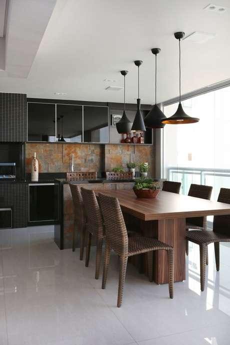 39. Mesa para varanda gourmet de madeira com armários pretos – Via: Arkpad