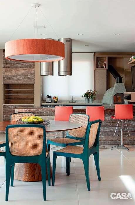 40. Mesa para varanda gourmet alegre com cores de turquesa e laranja – Via: Casa Abril