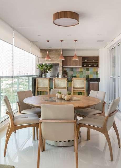 43. A mesa redonda para varanda gourmet é uma ótima alternativa para ambientes pequenos – Via: Erica Salguero