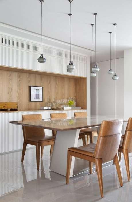 46. Mesa para varanda gourmet de madeira com cadeira rústica – Via: Conexão Decor