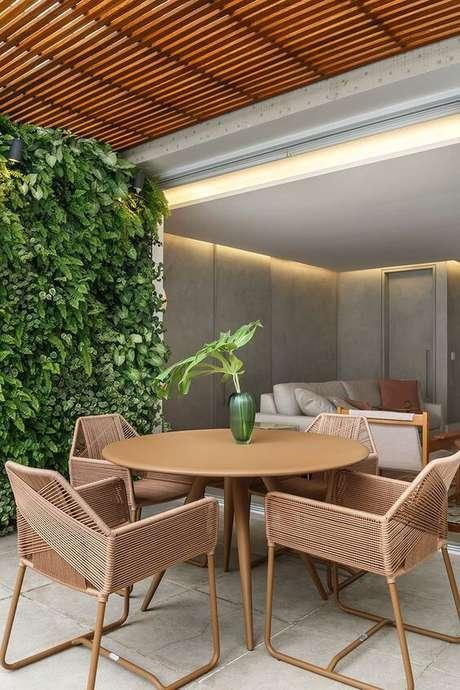48. Mesa redonda para varanda gourmet rústica com jardim vertical na decoração – Via: Casa de Valentina