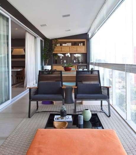 53. Mesa para varanda gourmet pequena com poltronas – Via: Pinterest