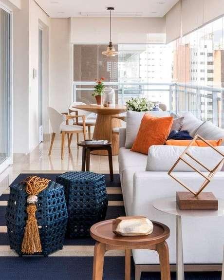 8. Mesa para varanda gourmet redonda – Via: Erica Salguero Arquitetura