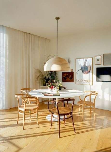 60. Mesa para varanda gourmet redonda com lustre iluminando o ambiente – Via: Fashionismo