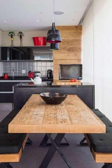 3. Mesa para varanda gourmet com bancos pretos – Via: Revista VD