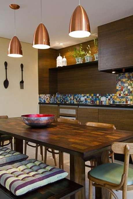 77. Mesa para varanda gourmet com armários combinando – Via: Pinterest