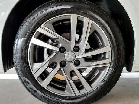 """Bonitas rodas de liga leve diamantadas de 16"""" com cinco raios duplos inclinados e quatro furos."""