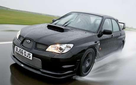 Em pistas molhadas, os pneus devem ser apropriados para escoar a água.