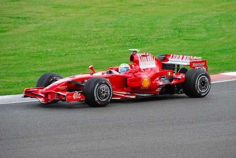 Para tentar driblar a proibição da publicidade de tabaco, a Ferrari correu de 2007 a 2010 com um código de barras no lugar da marca da Marlboro.