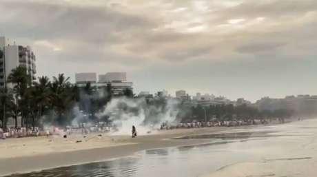 Policiais militares foram à praiae usaram bombas de efeito moral para dispersar a aglomeração de turistas durante um luau