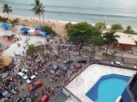 Banhistas se aglomeram em praia da região central de Caraguatatuba