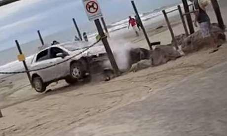Um casal entrou de carro em uma praia de Peruíbe, no litoral de São Paulo, e oveículo foi alvo de diversas pedradas antes de colidirao tentar, segundo testemunhas, atropelar o autor das agressões