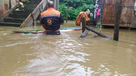 As fortes chuvas deixaram bairros inteiros alagados em Ubatuba, litoral norte de São Paulo.