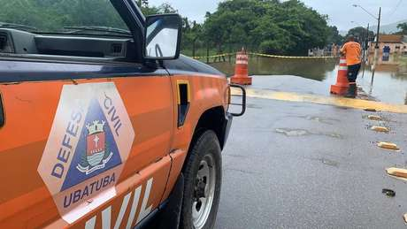 A Defesa Civil interditou ruas tomadas pelas águas. Mais de 40 bairros tiveram alagamentos em Ubatuba.