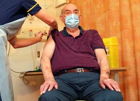 Brian Pinker, 82, recebe vacina Oxford/AstraZeneca contra Covid-19 em Oxford 04/01/2020 Steve Parsons/Pool via REUTERS