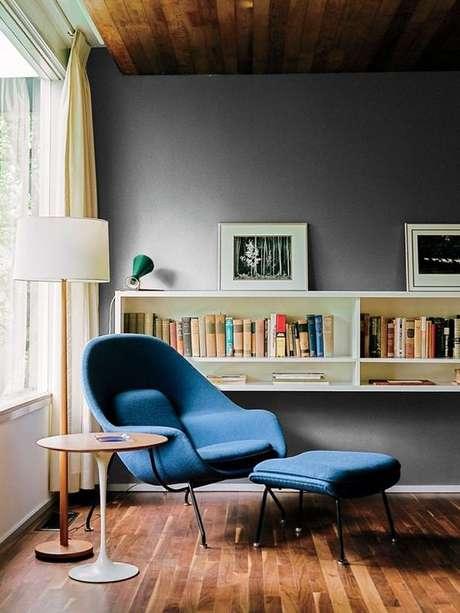 9. Poltrona com puff azul na sala de estar moderna – Via: Casa Vogue