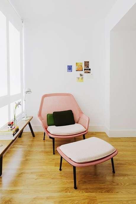 13. Poltrona cor de rosa com puff para cantinho da leitura na sala iluminada – Via: Ad Espana