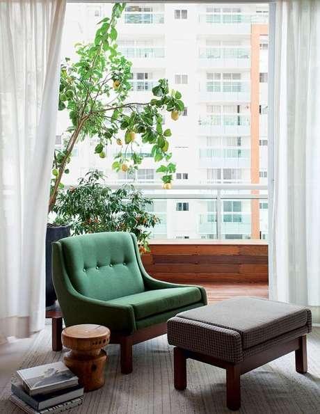 17. Poltrona com puff cinza e verde – Via: Casa e Jardim
