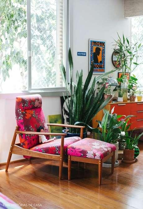 25. Poltrona com puff estampado em cor de rosa – Via: Histórias de Casa