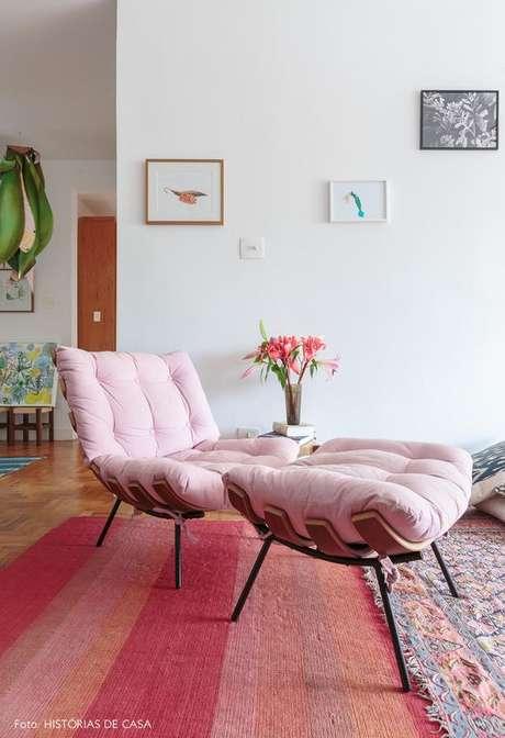 2. Poltrona costela com puff rosa – Via: Histórias de Casa
