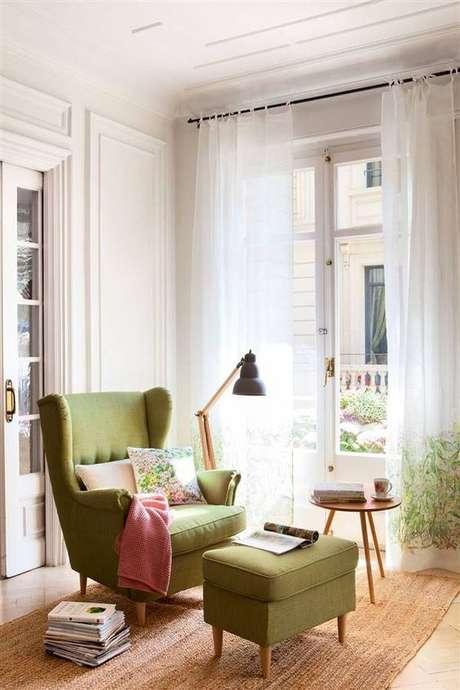 37. Poltrona com puff verde e manta rosa – Via: El Muelble
