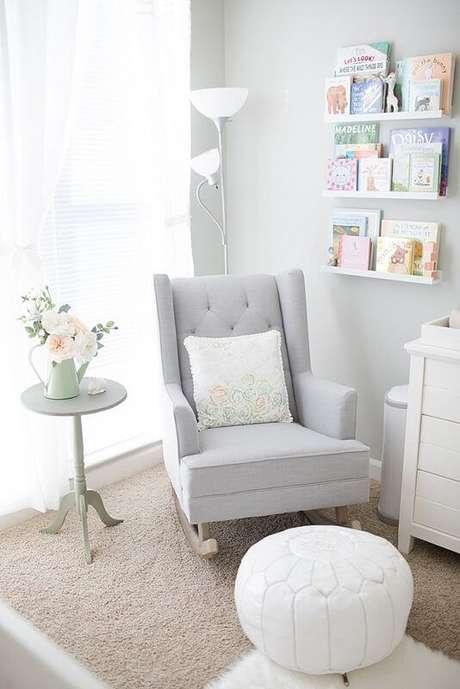 45. Poltrona com puff para quarto de bebê clean – Via: Revista VD