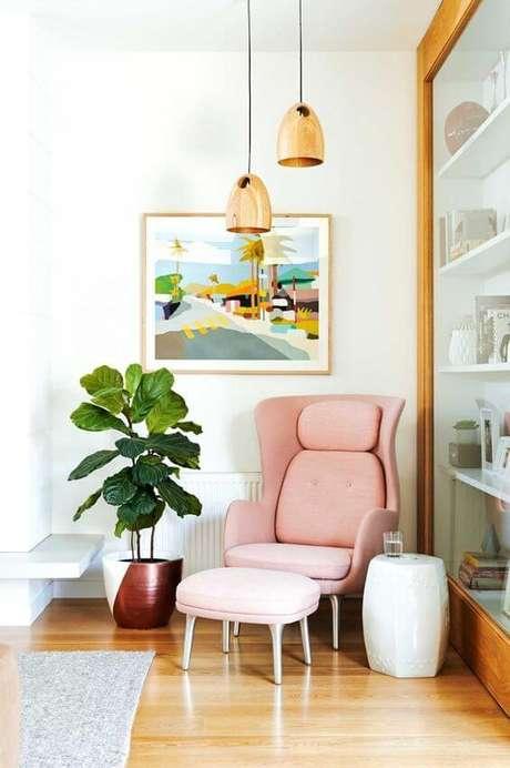 1. Poltrona com puff rosa para cantinho da leitura – Via: Fashionismo